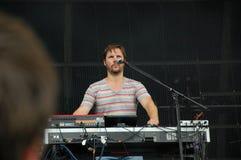 Klaas Janzoons som sjunger och spelar tangentbordet för att bo med den Deus musikbandet på den Pohoda festivalen, Trencin, Slovak royaltyfri foto