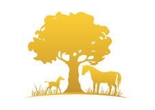 Klacz, źrebię i drzewo, Obrazy Royalty Free