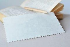 Kladdenzickzackpapier für Anmerkungen über einen Buch- und Bleistifthintergrund Stockbilder