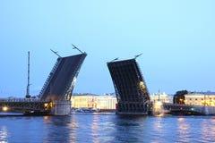 Klaffbro i St Petersburg på den vita natten i ljuset av lant Arkivfoto