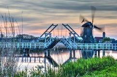 Klaffbro och väderkvarn i Kinderdijk royaltyfri foto