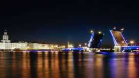 Klaffbron äger rum i natten St Petersburg fotografering för bildbyråer