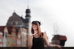Klaffflickakvinna i 20-talstilanseende på gatan Royaltyfria Bilder