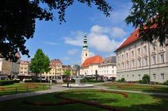 Klagenfurt Austria, Czerwiec, - 3, 2017: Landhaus park z widokiem przy Heiligengeistkirche fotografia stock