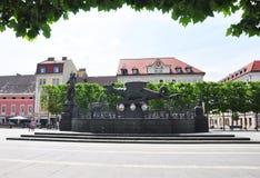 Klagenfurt Austria, Czerwiec, - 4, 2017: Lindwurmbrunnen Lindworm fontanna przy Neuer Platz zdjęcia stock