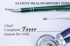 Klagomål av feber Pappers- vård- historieform, som är skriftlig på det högsta klagomålet för patienter av feber som omges av en s arkivfoto
