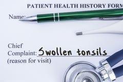 Klagomål av svullna tonsillar Pappers- vård- historieform, som är skriftlig på tålmodigt högsta klagomål för ` s av svullna tonsi arkivbilder