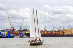 Klaipeda, Λιθουανία - 10 Αυγούστου 2016: Ενιαία βάρκα πανιών στη θάλασσα της Βαλτικής Klaipeda Πρόσωπα ανθρώπων unrecognizable Στοκ Εικόνα