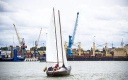 Klaipeda, Λιθουανία - 10 Αυγούστου 2016: Ενιαία βάρκα πανιών στη θάλασσα της Βαλτικής Klaipeda Πρόσωπα ανθρώπων unrecognizable Στοκ φωτογραφίες με δικαίωμα ελεύθερης χρήσης