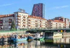 Klaipeda centrum, Dange flodinvallning och portbyggnader, Klaipeda, Litauen Sikt på K-mitt Arkivbilder