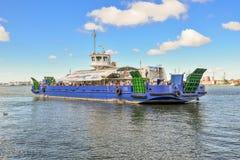 Klaipeda Litauen - Augusti 20, 2017: Stor passagerarepråm och sikt på Klaipeda port i den Curonian lagun Sikt från Curonianen Royaltyfri Fotografi