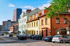 Klaipeda Litauen - Maj 9, 2016: Gataarkitektur på den gamla staden av Klaipeda i Litauen som är östlig - europeiskt land på royaltyfri fotografi