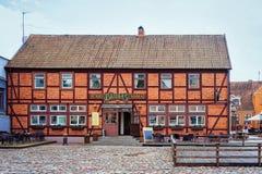 Klaipeda Litauen - Maj 9, 2016: Kafébyggnad i mitten av den gamla staden av Klaipeda i Litauen som är östlig - europeiskt land på fotografering för bildbyråer