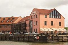 KLAIPEDA LITAUEN - SEPTEMBER 22, 2018: Sikten av den av gammal byggnad av hotellet maler konferensen nära danskfloden royaltyfri fotografi