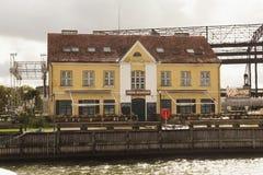 KLAIPEDA LITHUANIA, WRZESIEŃ, - 22, 2018: Stary dziejowy budynek z Penn stacji restauracją blisko duńczyk rzeki obraz stock