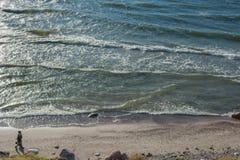 KLAIPEDA, LITOUWEN - September 28, 2012: Het paar loopt op het strand van Oostzee Royalty-vrije Stock Afbeeldingen