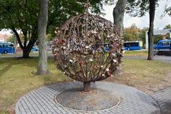 KLAIPEDA, LITUÂNIA - 22 DE SETEMBRO DE 2018: Árvore da escultura do amor iluminada - Medis de Meiles imagens de stock royalty free