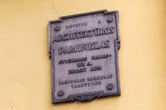 KLAIPEDA, LITUÂNIA - 22 DE SETEMBRO DE 2018: Um dos sinais lituanos com designação da pertença à herança arquitetónica fotos de stock