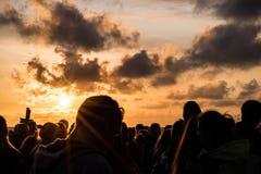 KLAIPEDA, LITUANIA - 19 DE AGOSTO DE 2017: Luz de la puesta del sol con la gente y las sombras Puesta del sol en la playa del mar Fotos de archivo libres de regalías