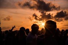 KLAIPEDA, LITUANIA - 19 DE AGOSTO DE 2017: Luz de la puesta del sol con la gente y las sombras Puesta del sol en la playa del mar Imagen de archivo
