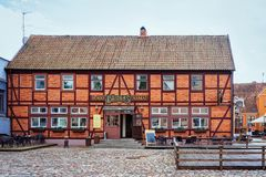 Klaipeda, Lituania - 9 maggio 2016: Costruzione del caffè nel centro di vecchia città di Klaipeda in Lituania, orientale - paese  immagine stock