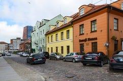 Klaipeda ulica Stary miasteczko w tle, - wieżowiec Zdjęcie Stock