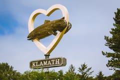 KLAMATH KALIFORNIEN: Det välkomna tecknet för Klamath Kalifornien, visar en hjärta med en fisk Lilla staden av Klamath är royaltyfria foton