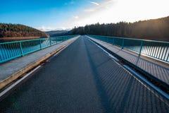 Klamer bro över Versetalsperren nm Sauerland, Tyskland royaltyfria foton