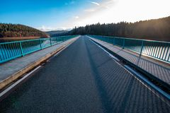 Klamerbrug over Versetalsperre NM Sauerland, Duitsland royalty-vrije stock foto's