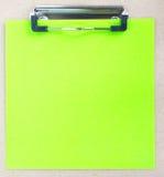 Klamerki deska i barwiący papier Zdjęcie Royalty Free