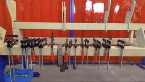 Klammern für Reparierenmetallprodukte Clip hängen an einem Metallstrahl stock video