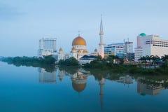 Klangcityscape met bezinning in de rivier in de ochtend stock afbeeldingen