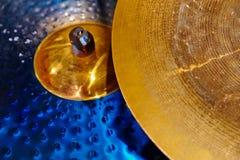 Klankbekkenclose-up met drumstel stock afbeeldingen