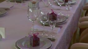 Klankbekkens en wijnglazen op de huwelijkslijst stock videobeelden