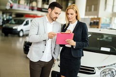 Klant die auto's bij het handel drijven bekijken stock afbeeldingen