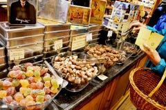 Klant die Belgisch chocolade en suikergoed kopen Stock Afbeeldingen
