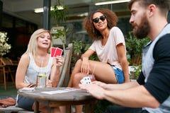 Klant die bij een koffie met creditcard betalen Royalty-vrije Stock Afbeelding
