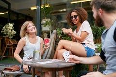 Klant die bij een koffie met creditcard betalen Stock Foto