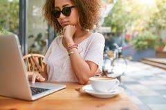 Klant die bij een koffie met creditcard betalen Stock Fotografie