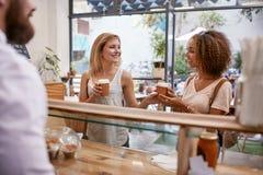 Klant die bij een koffie met creditcard betalen Stock Afbeeldingen
