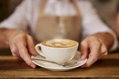 Klant die bij een koffie met creditcard betalen royalty-vrije stock afbeeldingen
