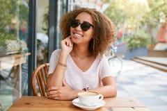 Klant die bij een koffie met creditcard betalen Royalty-vrije Stock Foto