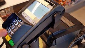 Klant die met kaart op betalingsterminal betalen Bedrijfsfinanciënachtergronden stock videobeelden