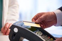 Klant die met kaart zonder contact betalen royalty-vrije stock foto