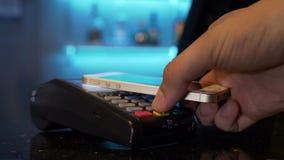 Klant die met smartphone bij restaurant betalen die pos en draadloze technologie zonder contact gebruiken stock videobeelden
