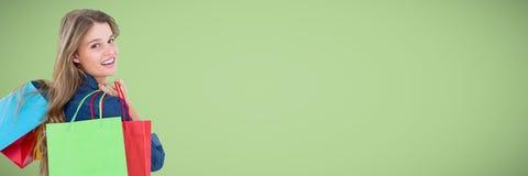 Klant die met zakken over schouder tegen groene achtergrond kijken Stock Fotografie