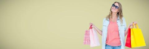 Klant die met zakken tegen lichtgroene achtergrond glimlachen Royalty-vrije Stock Afbeeldingen