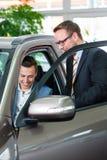 Klant die nieuwe auto in het autohandel drijven kopen Royalty-vrije Stock Fotografie