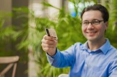 Klant die rekening betalen bij het restaurant met zijn creditcard Handen die van de mens plastic kaart geven aan kelner om voor d Royalty-vrije Stock Fotografie