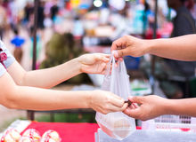 Klant die rekening betalen door contant geld bij markt stock fotografie
